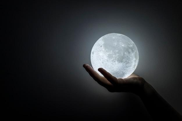 Księżyc w dłoni