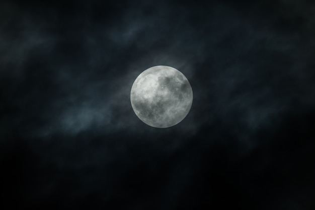 Księżyc w pełni i chmury na nocnym niebie