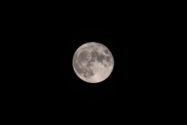 Księżyc w pełni na ciemnym nocnym niebie