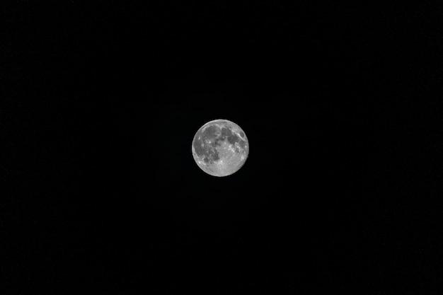 Księżyc w pełni na czystym nocnym niebie