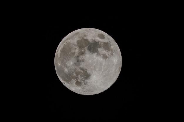 Księżyc w pełni na niebie w nocy. zbliżenie