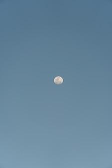 Księżyc w pełni na niebie w saquarema w rio de janeiro w brazylii.