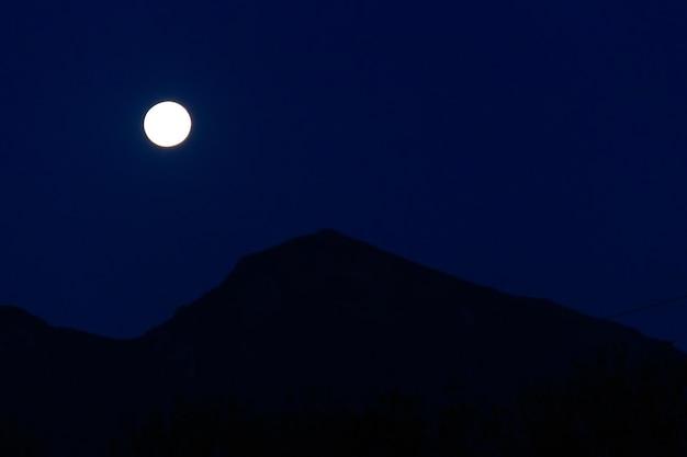 Księżyc w pełni nad górą