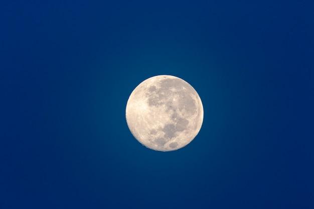 Księżyc w pełni w ciemnoniebieskim niebie