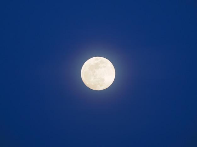 Księżyc w pełni w niebieskim niebie. niebieska godzina.