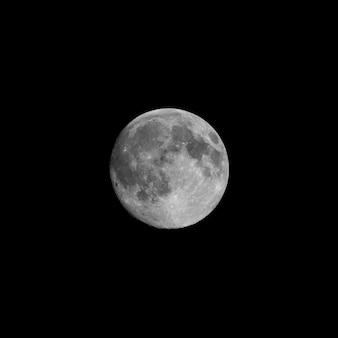 Księżyc w pełni widziany przez teleskop