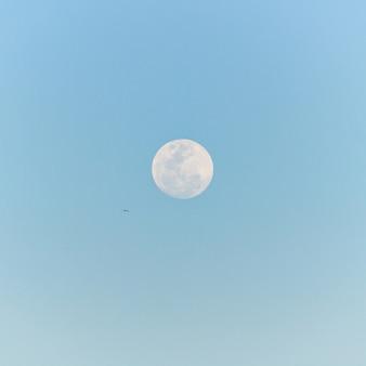 Księżyc w pełni wschodzący na niebie