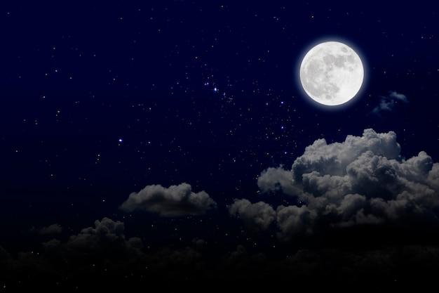 Księżyc w pełni z gwiaździstymi i chmurami. romantyczna noc.