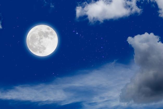 Księżyc w pełni z gwiaździstymi i chmurami