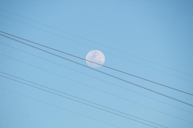 Księżyc w pełni z kablami kolejki linowej sugarloaf w rio de janeiro, brazylia.