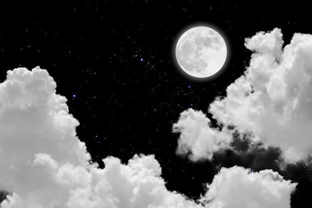 Księżyc w pełni z tłem gwiaździstym i chmurami