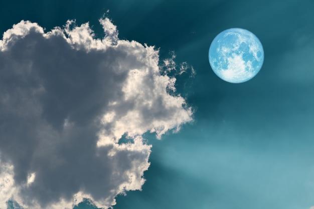 Księżyc w pełni zbiorów na niebie i słońce na plecach chmury świeci światło słoneczne