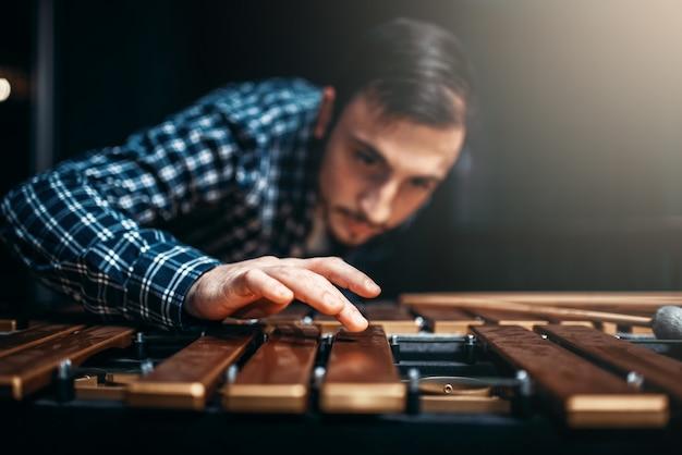 Ksylofon z patykami, muzyk w akcji