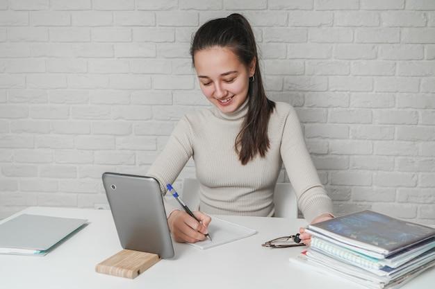 Kształcenie domowe na odległość. dziewczyna studiuje online w domu. praca zdalna podczas pandemii