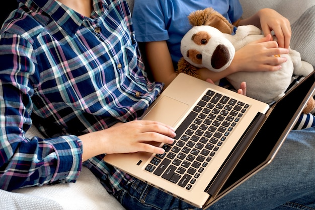 Kształcenie I Praca Online Na Odległość. Przycięte Kobieta Dziewczyna Badania Pracy Biurowej Pracy Zdalnie Z Domu. Korzystanie Z Laptopa. Premium Zdjęcia