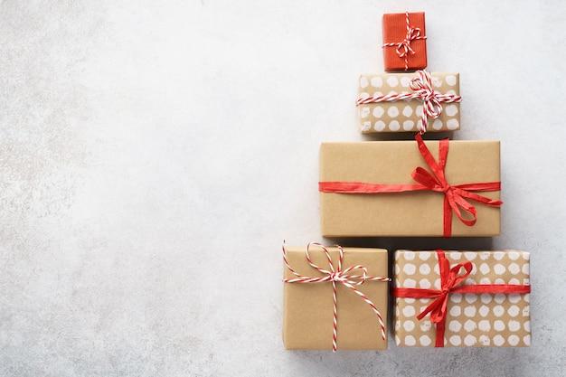 Kształt choinki wykonany z pudełek prezentowych