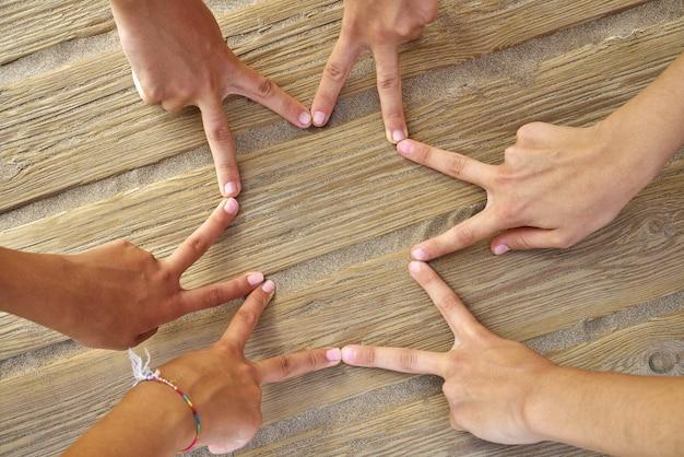 Kształt gwiazdy z sześcioma palcami ręki na plaży