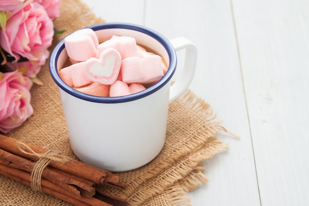Kształt serca marshmallows na gorącej czekolady kubek. miłość i koncepcja walentynki