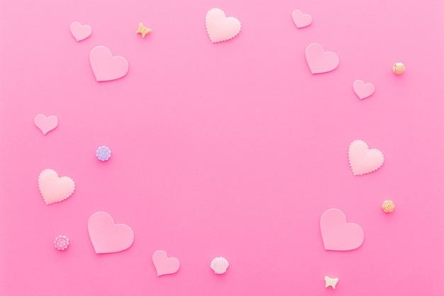 Kształt serca na różowym tle papieru dla miłości i szczęśliwego dnia valentines z miejsca na kopię.