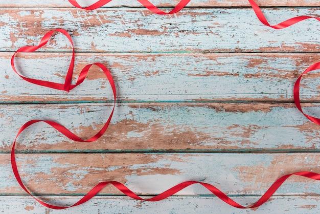 Kształt serca od wstążki na stole