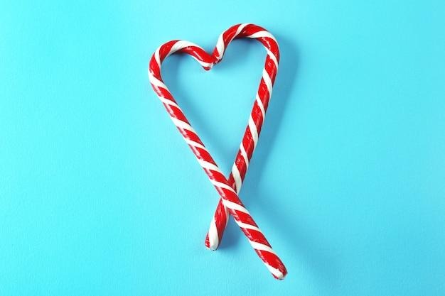 Kształt serca wykonany z cukierków na kolorowym tle