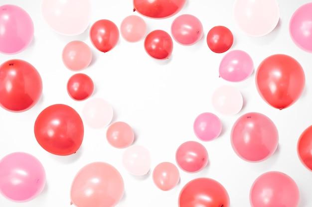 Kształt serca wykonany z kolorowych balonów na białym tle z miejscem na kopię, tło balonu, szczęśliwych walentynek, dnia matki, płaskiego lay, widok z góry