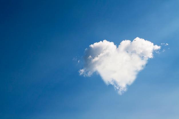 Kształt serca z białych chmur na tle błękitnego nieba