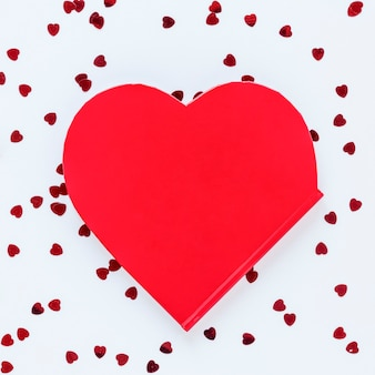 Kształt serca z konfetti na walentynki