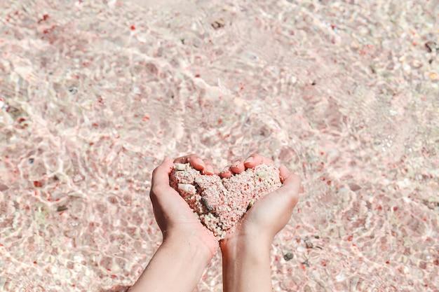 Kształt serca z różowego piasku wykonany ręcznie