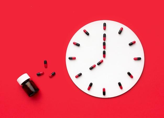 Kształt zegara uformowany z pigułek