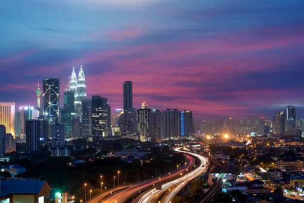 Kuala lumpur linia horyzontu i drapacz chmur przy nocą w kuala lumpur, malezja.