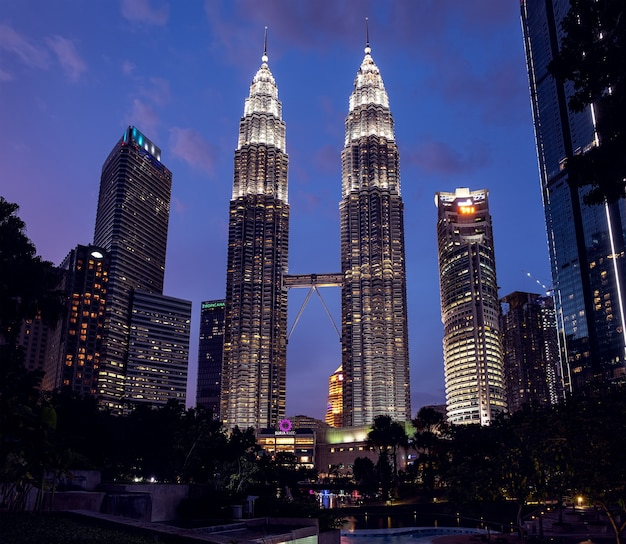 Kuala lumpur, malezja - 22 stycznia 2019 petronas twin towers nocą, artykuł redakcyjny