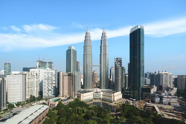 Kuala lumpur miasta linia horyzontu i drapacze chmur buduje przy dzielnica biznesu śródmieściem w kuala lumpur, malezja. azja.