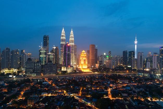 Kuala lumpur skyline i wieżowiec z drogi autostrady