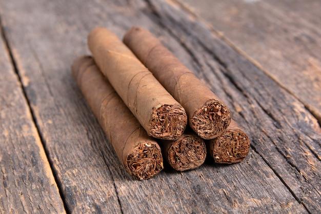 Kubańskie cygara na drewnianym stole