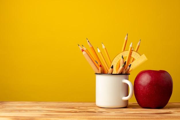 Kubek biurowy z ołówkami i papeterią