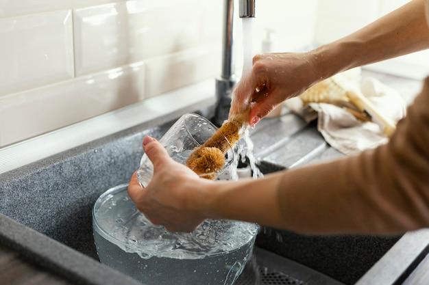 Kubek do czyszczenia rąk z bliska
