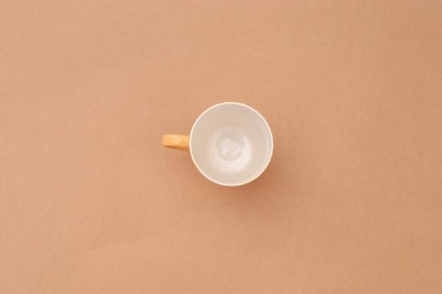 Kubek do herbaty na brązowym papierze pakowym