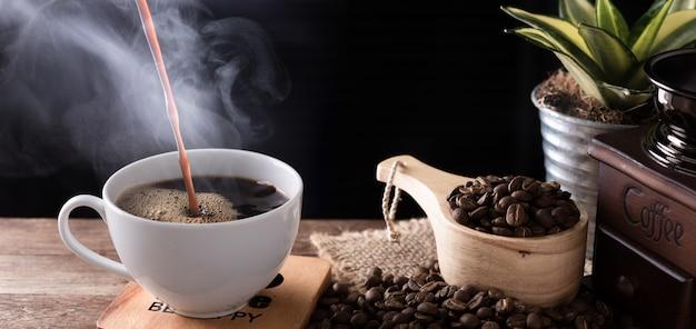 Kubek do kawy na parze z młynkiem i palonymi ziarnami