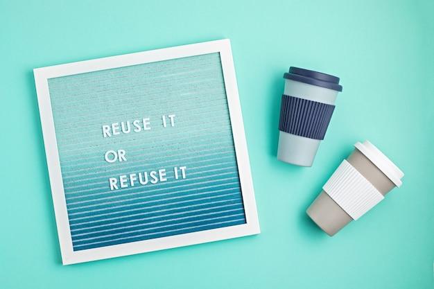 Kubek do kawy wielokrotnego użytku i tablica z tekstem wykorzystaj ponownie lub odrzuć