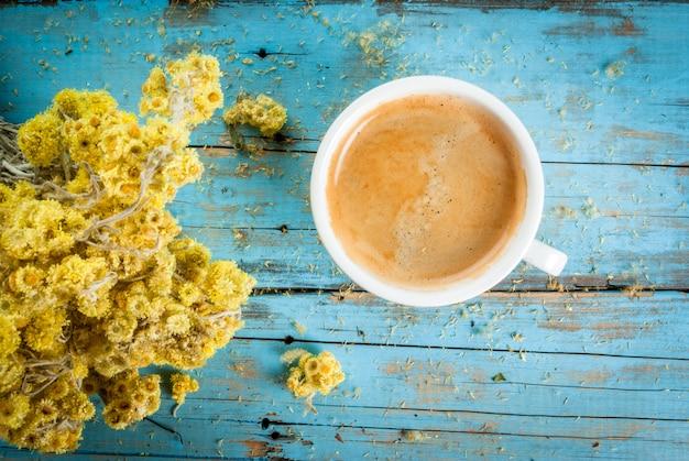 Kubek do kawy z bukietem suszonych kwiatów