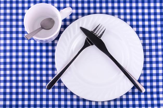 Kubek empy z łyżeczką, talerzem z nożem i widelcem