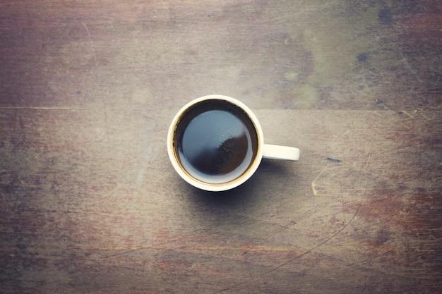 Kubek filiżanki kawy na drewnianym stole