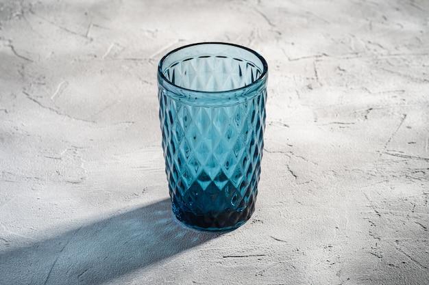 Kubek geometryczny z niebieskiego szkła