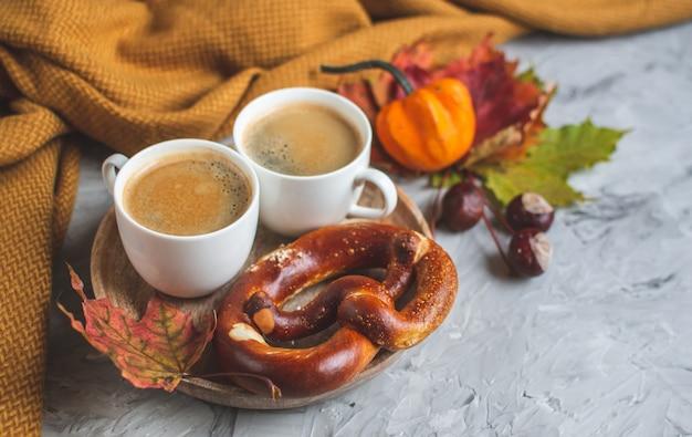 Kubek gorąca czekolada kawa czas jesienny piekarnia precel knitting szalik liście