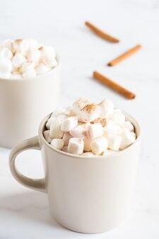 Kubek gorącego kakao z marshmallows na białym stole