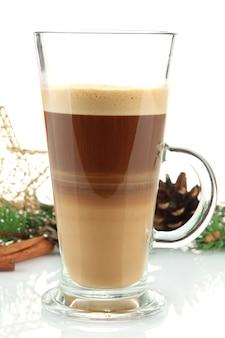 Kubek gorącego kakao z świąteczną zabawką na białym tle