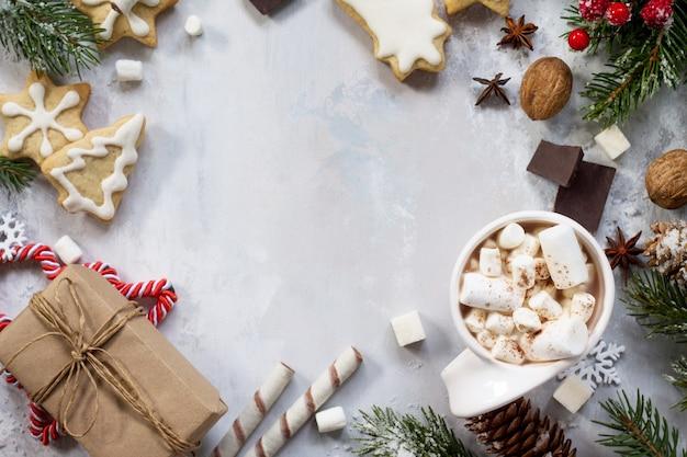 Kubek gorącej czekolady i piernika, na stole prezenty świąteczne