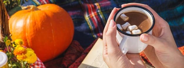 Kubek gorącej czekolady lub kakao z pianką