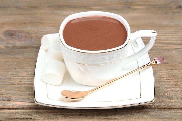 Kubek gorącej czekolady na stole, z bliska